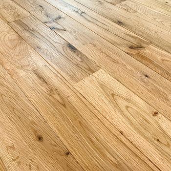 ツルザラの感触。無垢床って、やっぱいいですね〜。