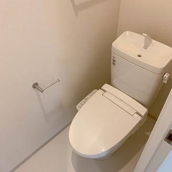個室のトイレ。温水洗浄便座付きです。
