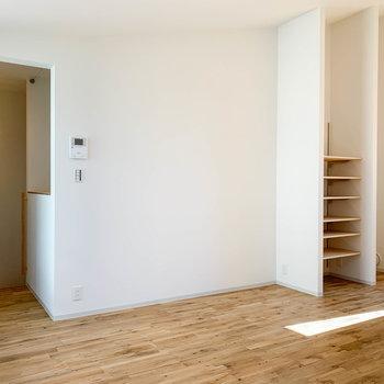向かいの壁沿い、棚の横にソファなども置けそうです。