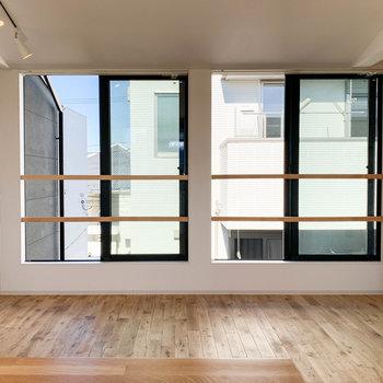 キッチンから見ると。向かいにも大きな窓が2面あります。