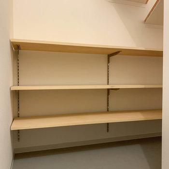 階段下のスペースを利用して、シューズラックがあります。