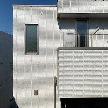 2面の窓は北向き。そこからの眺望は、お向かいのマンションです。