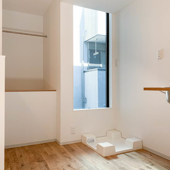 キッチン左に冷蔵庫と洗濯機が並びます。クローゼットは少し背の低い作りです。
