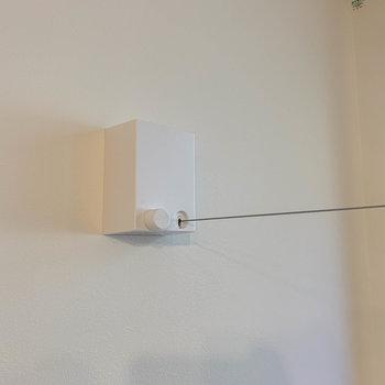 窓の近くに室内干し用のワイヤーがあります。