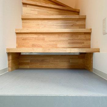 階段の1番下の段も、靴が仕舞える作りになっています。