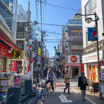 駅からは商店街が伸びています。お店もたくさんあり、活気に溢れています。