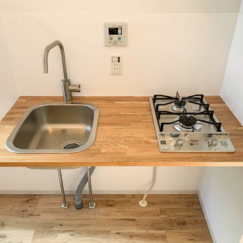木のぬくもりが素敵。二口ガスのキッチンです。