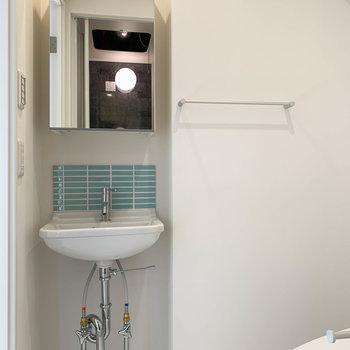 左側に、洗面台です。