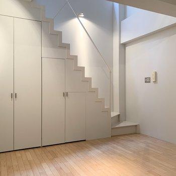 【LDK】階段下が収納になっています。