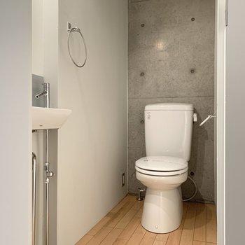 トイレまでコンクリ仕様です。