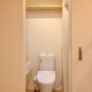 トイレもあります。棚が上にあるのが嬉しいですね。