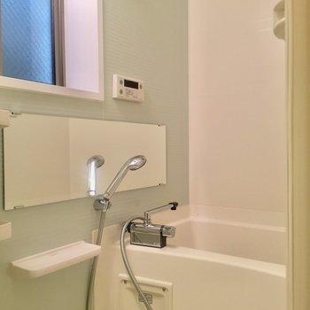お風呂に小窓があるので、換気ができますよ。