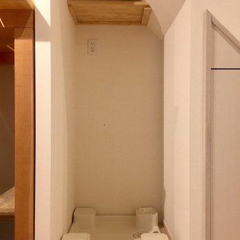 その横には洗濯機置き場。小さいですが棚があり、洗剤を置いておけます。