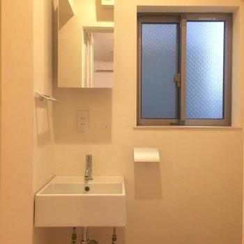 脱衣所です。鏡は収納になっていますよ。
