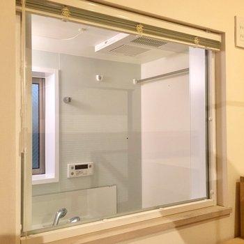 ロフトの横の窓はお風呂につながっていました。