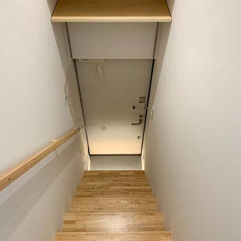階段を降りて玄関へ。玄関の上部に、靴を置ける棚があります。※写真は前回募集時のものです