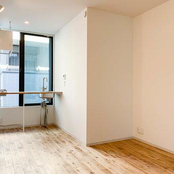 キッチンの奥が窓になっていて、お部屋の空気の入れ替えも楽々できます。※写真は前回募集時のものです