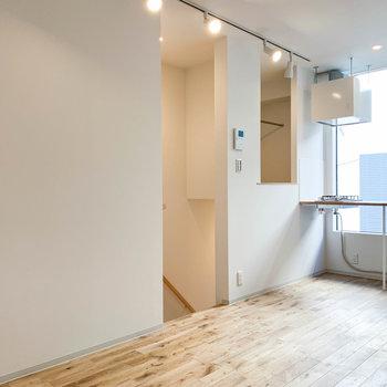 キッチンの左側に階段と、収納部分があります。※写真は前回募集時のものです