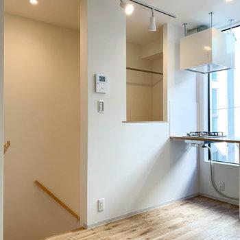 キッチン左の凹みがクローゼットになっています。※写真は前回募集時のものです