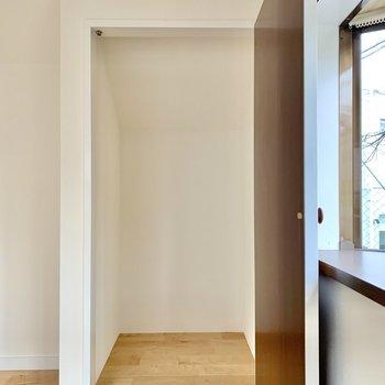 【3階】収納はハンガーポールをつけると、洋服が掛けられますね。