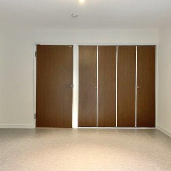 【1階】白と茶色を基調とした、ぬくもりのある空間です。