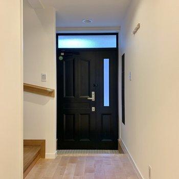 【2階】靴の脱ぎ履きがしやすそうな玄関。