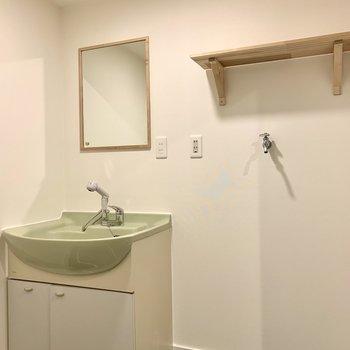 【1階】洗面台と洗濯機置き場棚にも木が使われています。