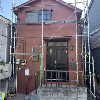 1階に見えるところ、実は2階なんです。外観も塗装しましたよ〜!