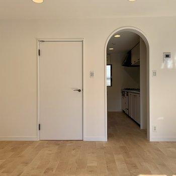 【2階】キッチン入り口はアーチ型
