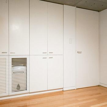 白ですっきりシンプルな空間です。