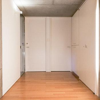 降りた先はホール。正面にある2つの扉から洋室にアクセスできます。