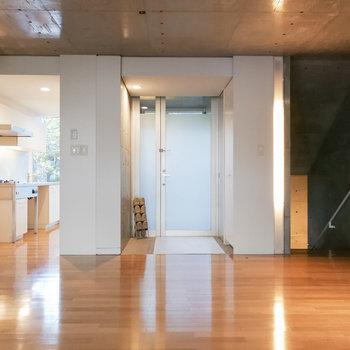 左がキッチン、真ん中が玄関、右が地下への階段です。