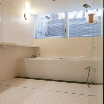 お風呂も広々。窓もあり、換気がしやすいです。
