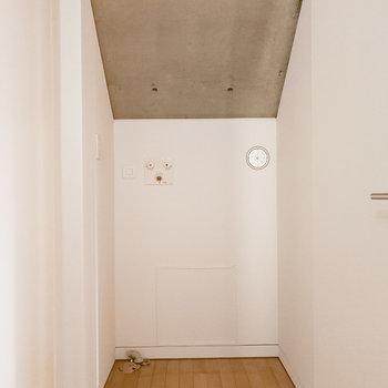 お風呂の向かい側に洗濯機置き場。扉で隠しておけます。
