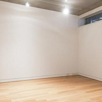 右側の洋室は6.1帖。書斎などに良さそうです。