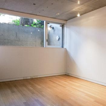 隣の洋室は7.7帖あり、窓もあるので寝室にどうぞ。