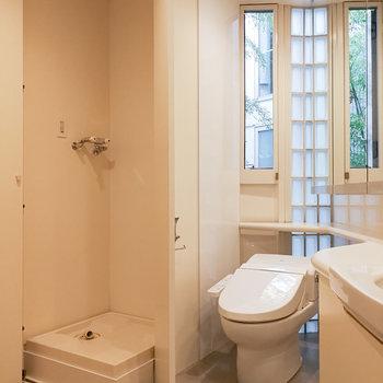お隣にトイレと、洗濯機置き場があります。