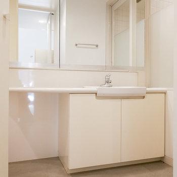 白で統一された洗面台。