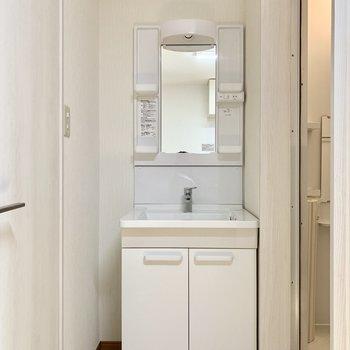 歯ブラシ等を置くスペースも確保されています。