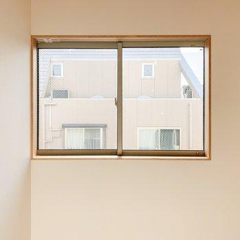 【2F】2階の窓からもご近所さんがこんにちは。