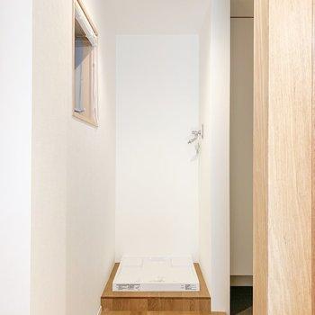 洗濯機置き場は玄関入って右手に。