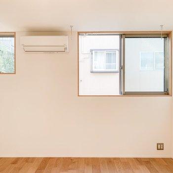【1F】腰窓なので、家具の壁付けも可能です。