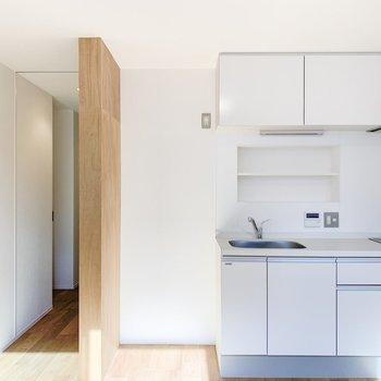 【1F】白を基調とした清潔感のあるキッチンです。