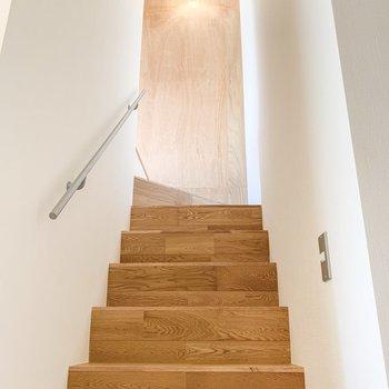 階段にも照明があるので、夜も安心です。