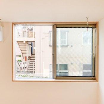 【1F】こちらの窓からはご近所さんがこんにちは。