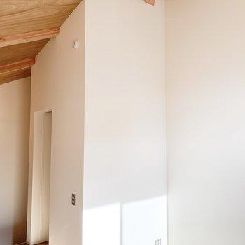 【2F】天井が高い!天井からも漂う素材感がたまらない.....