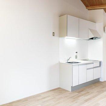 【LDK】キッチンの横に冷蔵庫やラックを置けますね。