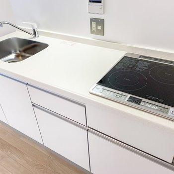 【LDK】調理スペースも広々と。お料理がしやすそうですね。