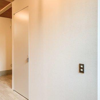 【洋室】階段の下には収納がありますよ。