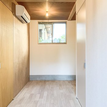 【洋室】反対側にも窓があるので、風の通りもいいですよ。